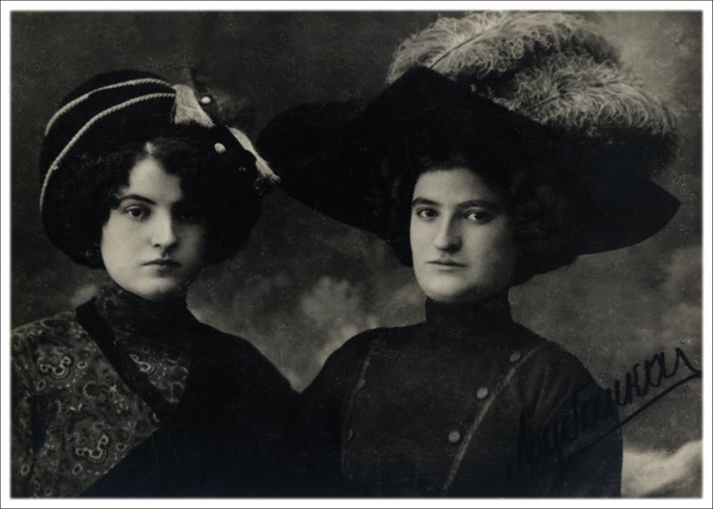 МАра Наумовић и Љубинка Ракићева, путујуће глумице из Бакићеве трупе, око 1910.