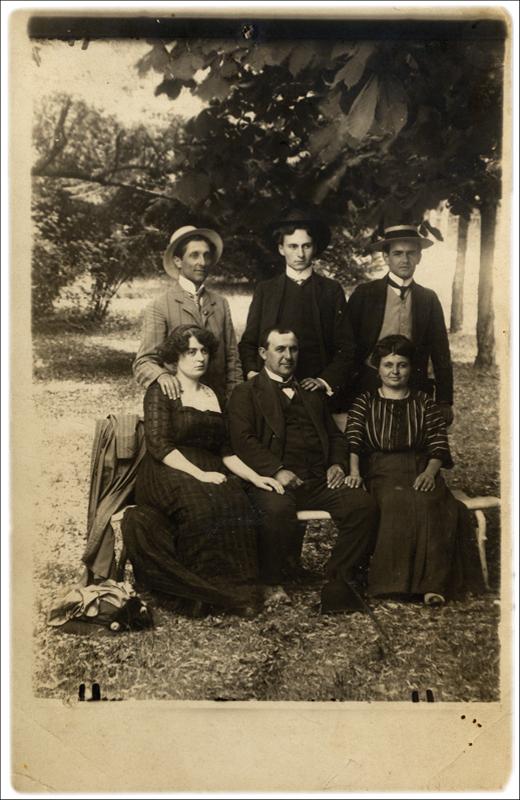 Путујући глумци: Милутин Џимић (стоји),  Љубица Јовановић (прва с лева, седи)