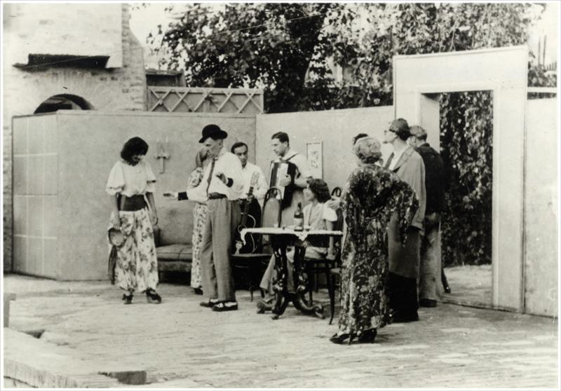"""Позориште Душана Животића: сцена из представе  """"Минут после десет"""" (први чин) 1943."""